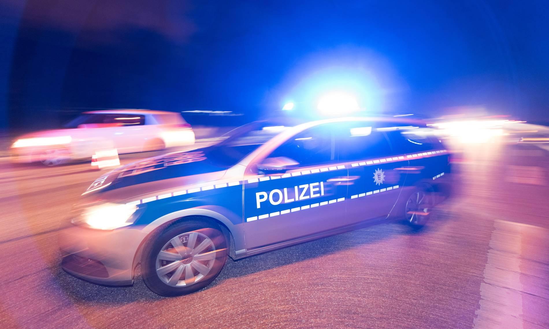 Ausgebrannter Porsche in Düsseldorf: Einsatzkräfte bergen tote Person