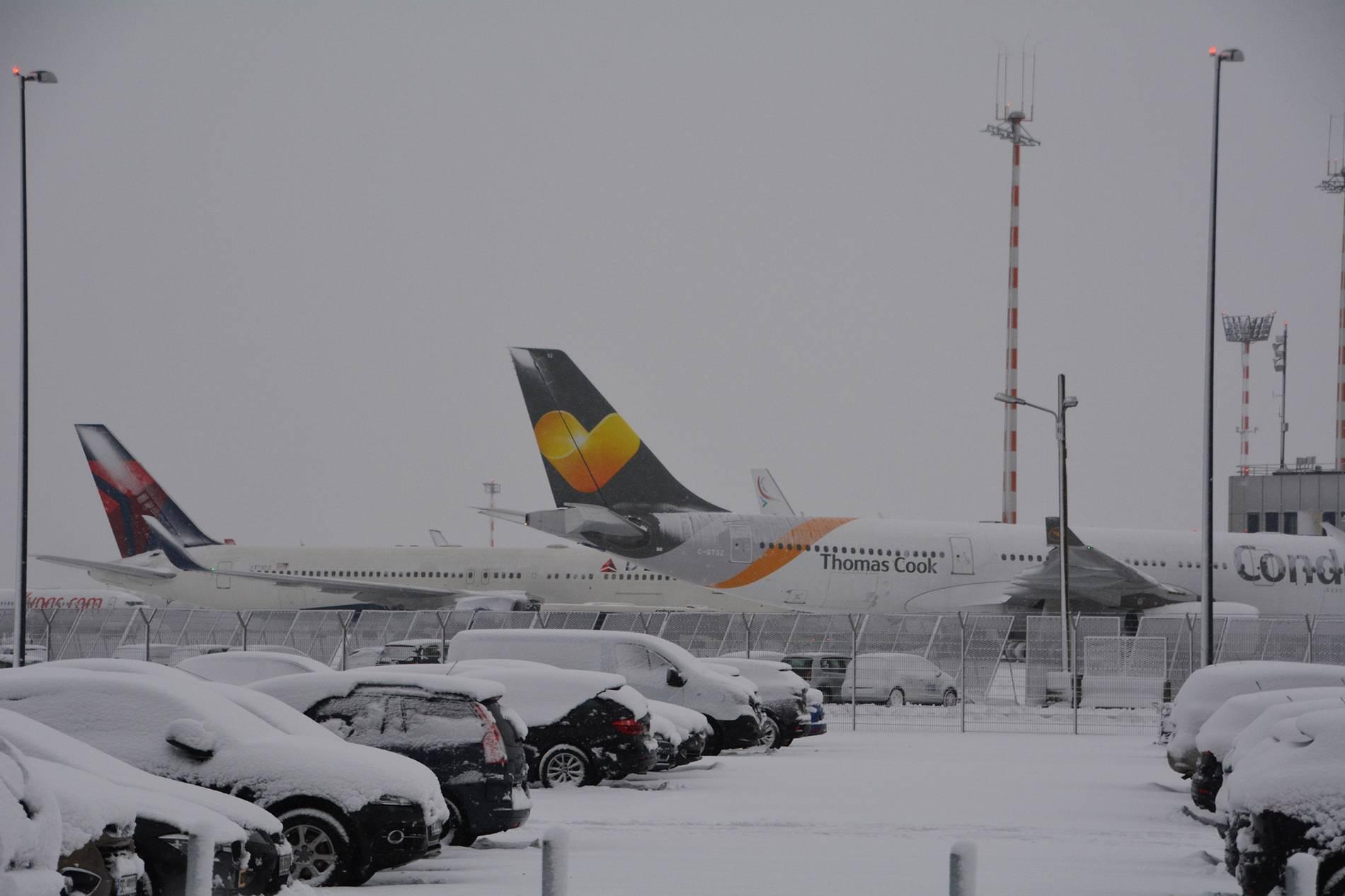 Dusseldorf Schneechaos Am Flughafen Dusseldorf 111 Flugausfalle