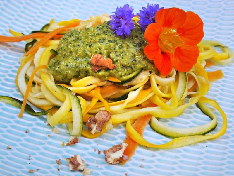 Aus der Low-Carb-Küche: Gemüsenudeln mit Rucola-Walnuss-Pesto