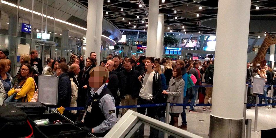 Sicherheitskontrolle Lange Schlangen Am Flughafen Dusseldorf