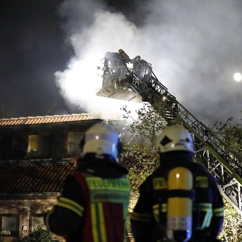 Dachstuhlbrand: Mehrfamilienhaus in Wuppertal nach Feuer unbewohnbar