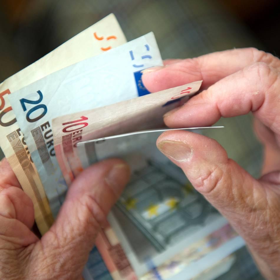 Fiese Masche: Bankmitarbeiterin in Krefeld rettet 92-Jährige vor Betrügern