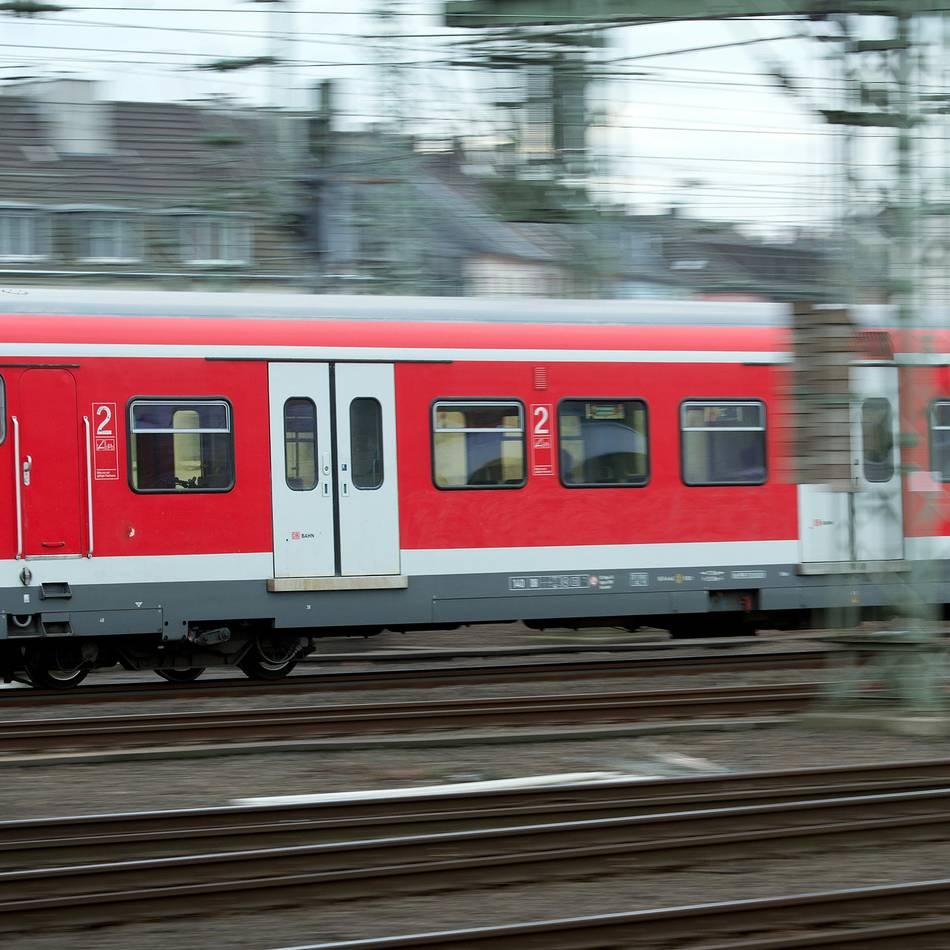 Verspätungen und Ausfälle: Blitzeinschlag sorgt auch am Nachmittag noch für Bahn-Chaos in NRW
