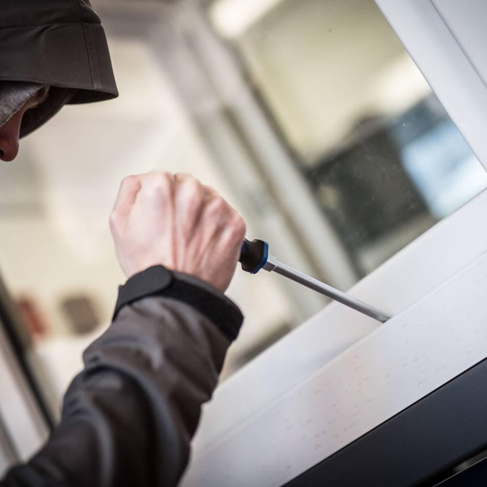 Kriminalität: Diebe stehlen Bargeld, Schmuck und ein Telefon