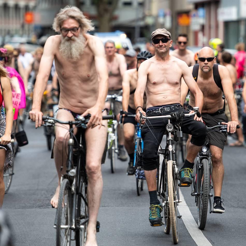 """""""Naked Bike Ride"""": Kölner radeln halb nackt für die Rechte von Radfahrern"""