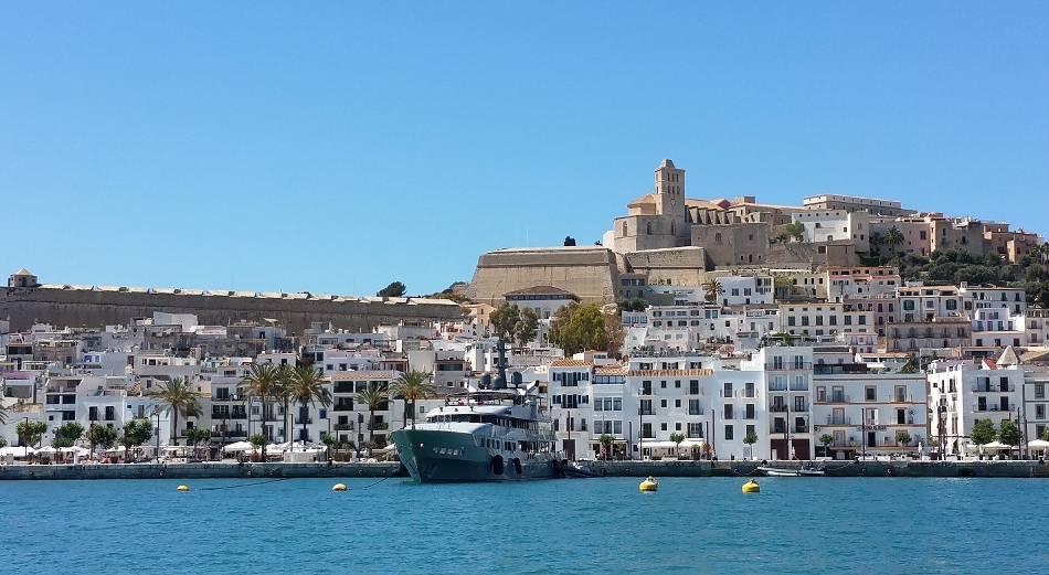 Balearen: Balearen: Heiß, heißer – Ibiza!