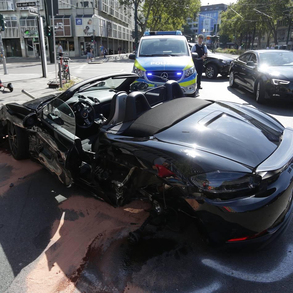 Polizei: Am autofreien Sonntag: Porsche mit Totalschaden