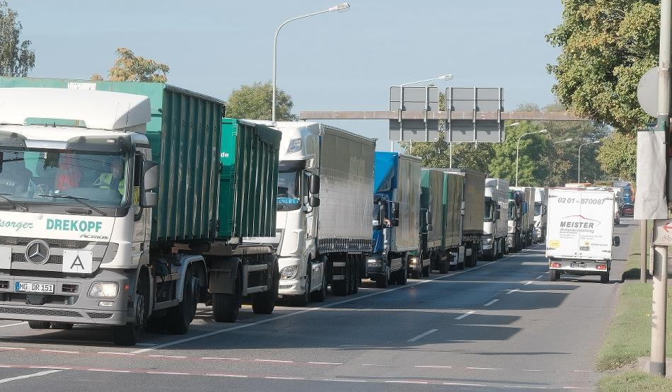 Verkehr: Rheinbrücke für Laster dicht: Jetzt herrscht das Chaos