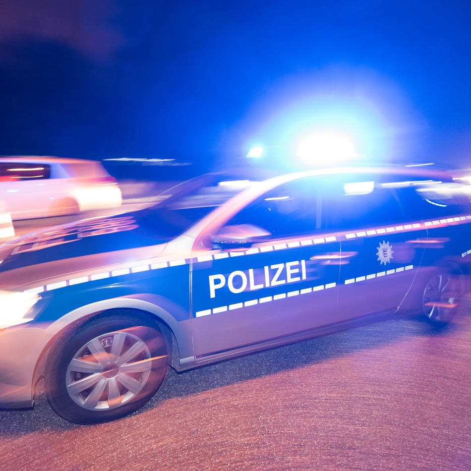In Krefeld: Fußgänger wirft Sechserpack PET-Flaschen auf vorbeifahrendes Auto