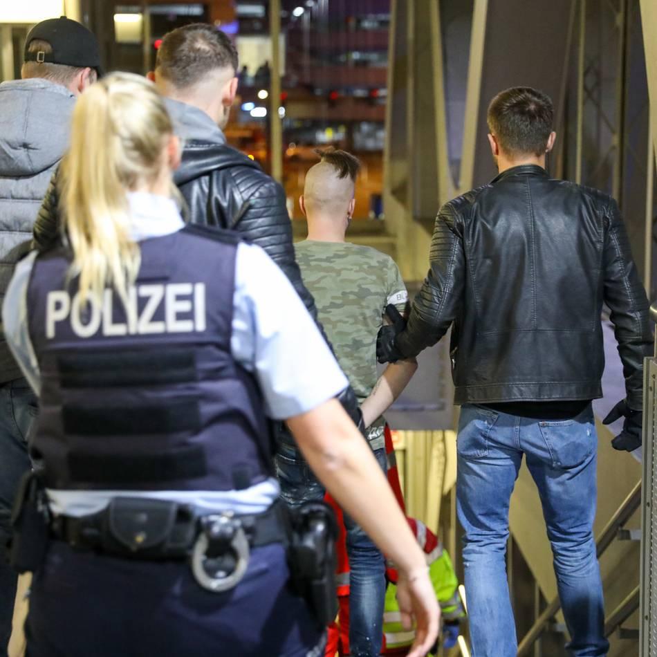 Polizeifahndung: Schwebebahn-Kletterer aus Psychiatrie geflüchtet - Mann soll auch Scheiben-Schläger sein