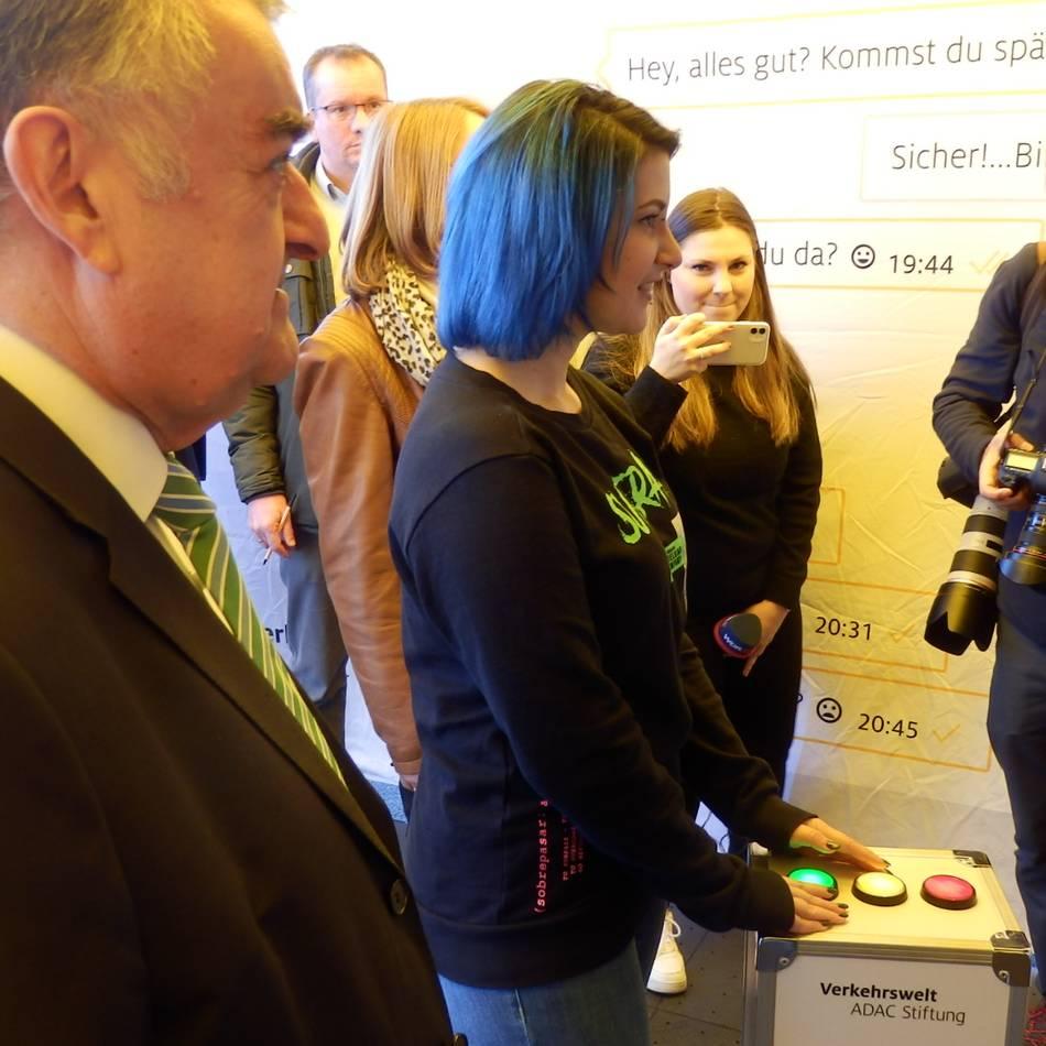Neue Kampagne für NRW: Wie der ADAC und eine Youtuberin gegen Ablenkung am Steuer kämpfen