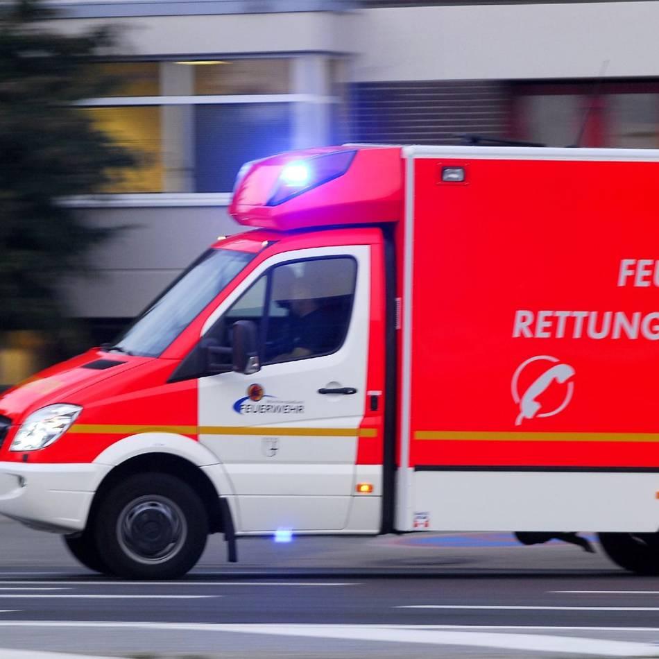 Unfall: Ratinger fährt in parkenden Lastwagen - zwei Schwerverletzte