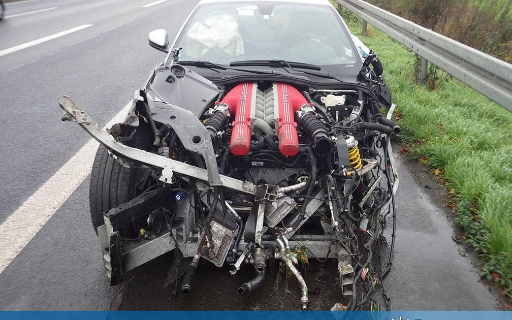 Auf der Autobahn : Ferrari-Fahrer verliert Kontrolle über Fahrzeug und kollidiert mit Leitplanke