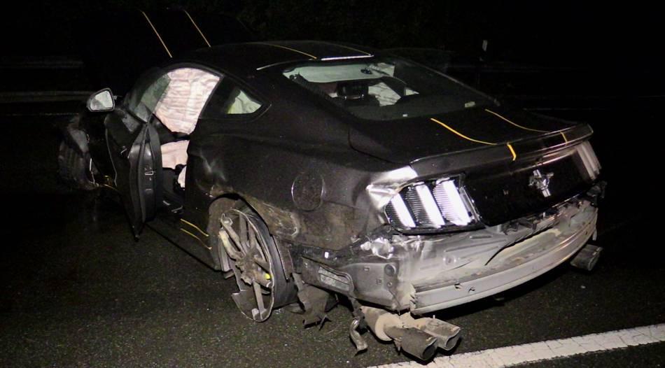 Sperrung: Zwei Verletzte nach schwerem Unfall mit Mustang in Düsseldorf