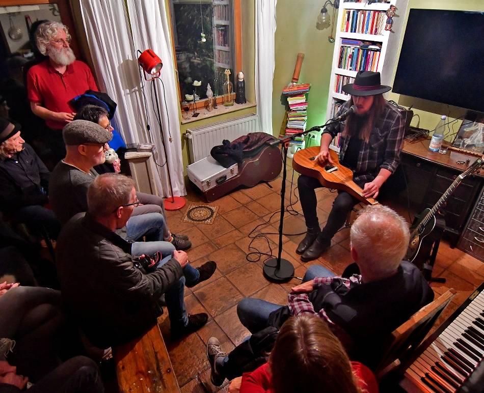 Mülhausen: Kuscheliges Konzert im Wohnzimmer mit Country und Blues
