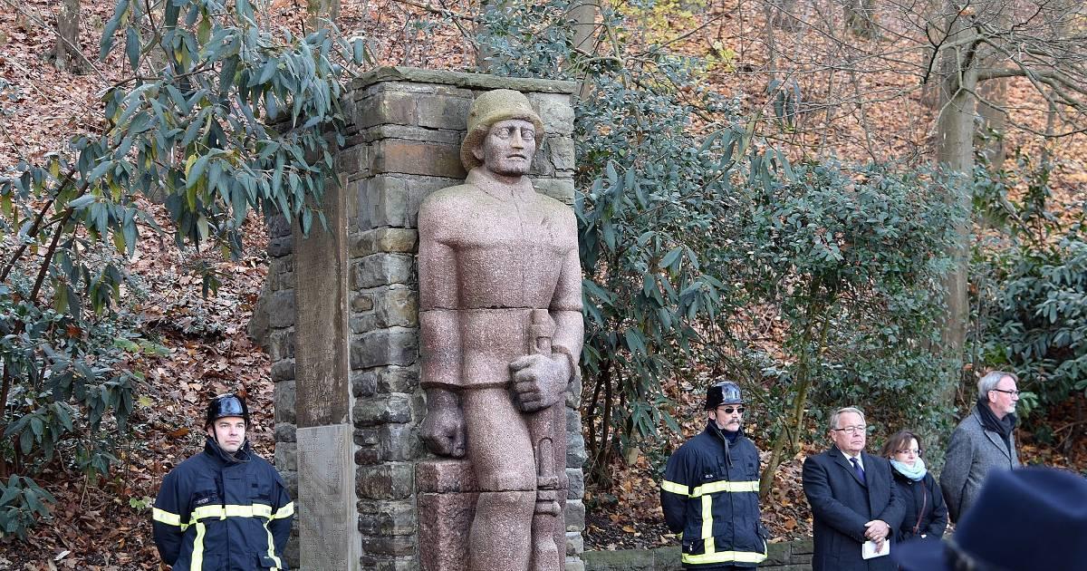 Ein Soldat aus Stein hält in Wuppertal-Nächstebreck die Ehrenwache - Westdeutsche Zeitung