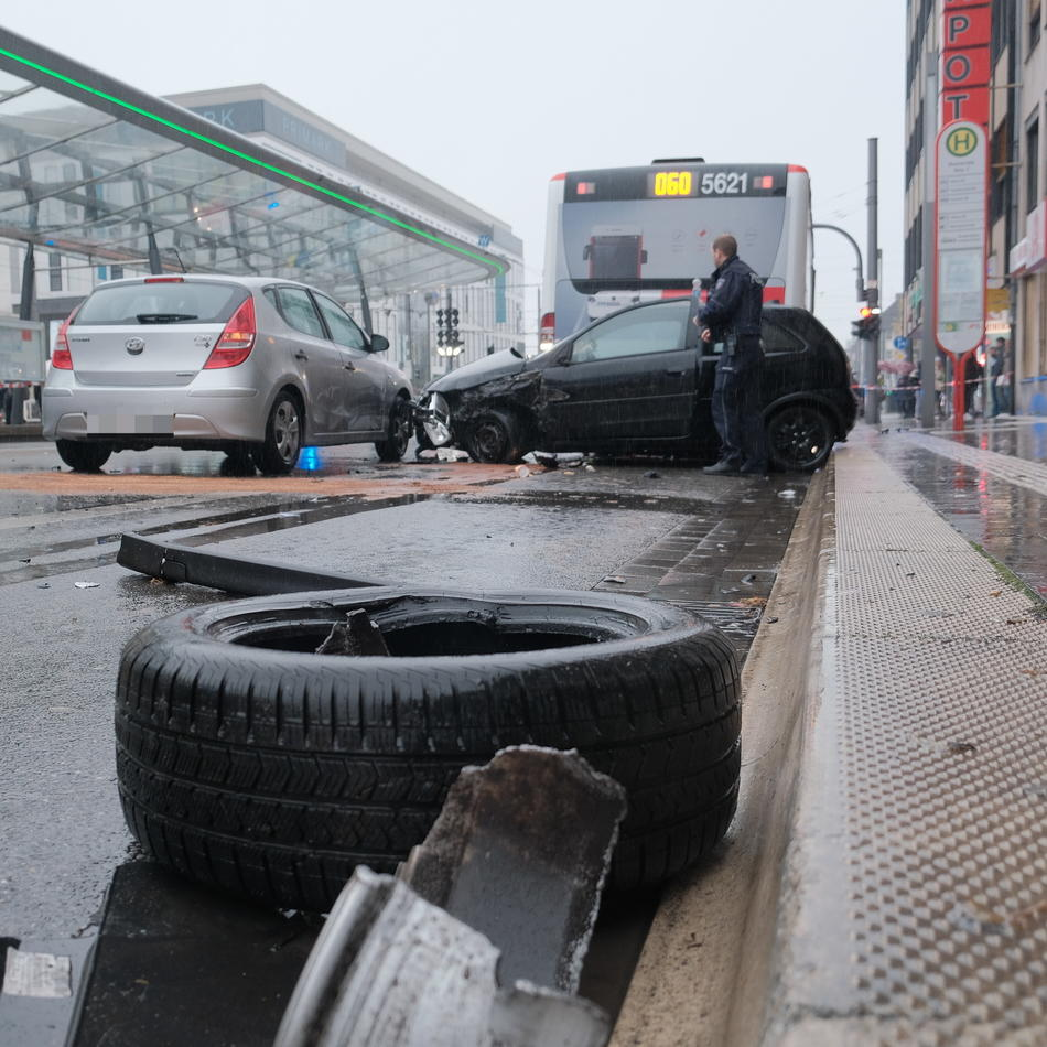 Ostwall: Krefeld: Auto und Bus zusammengestoßen - Ostwall stundenlang gesperrt