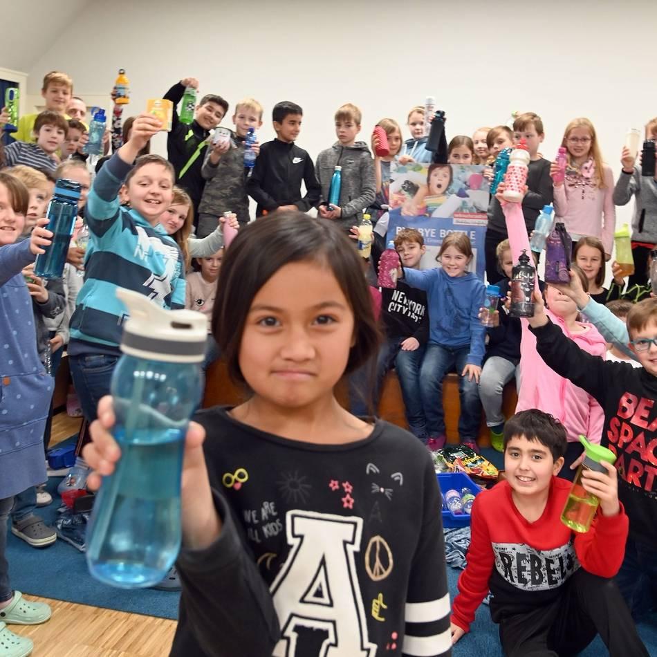 Nachhaltigkeit: Kratzkopfschüler helfen einem Außerirdischen