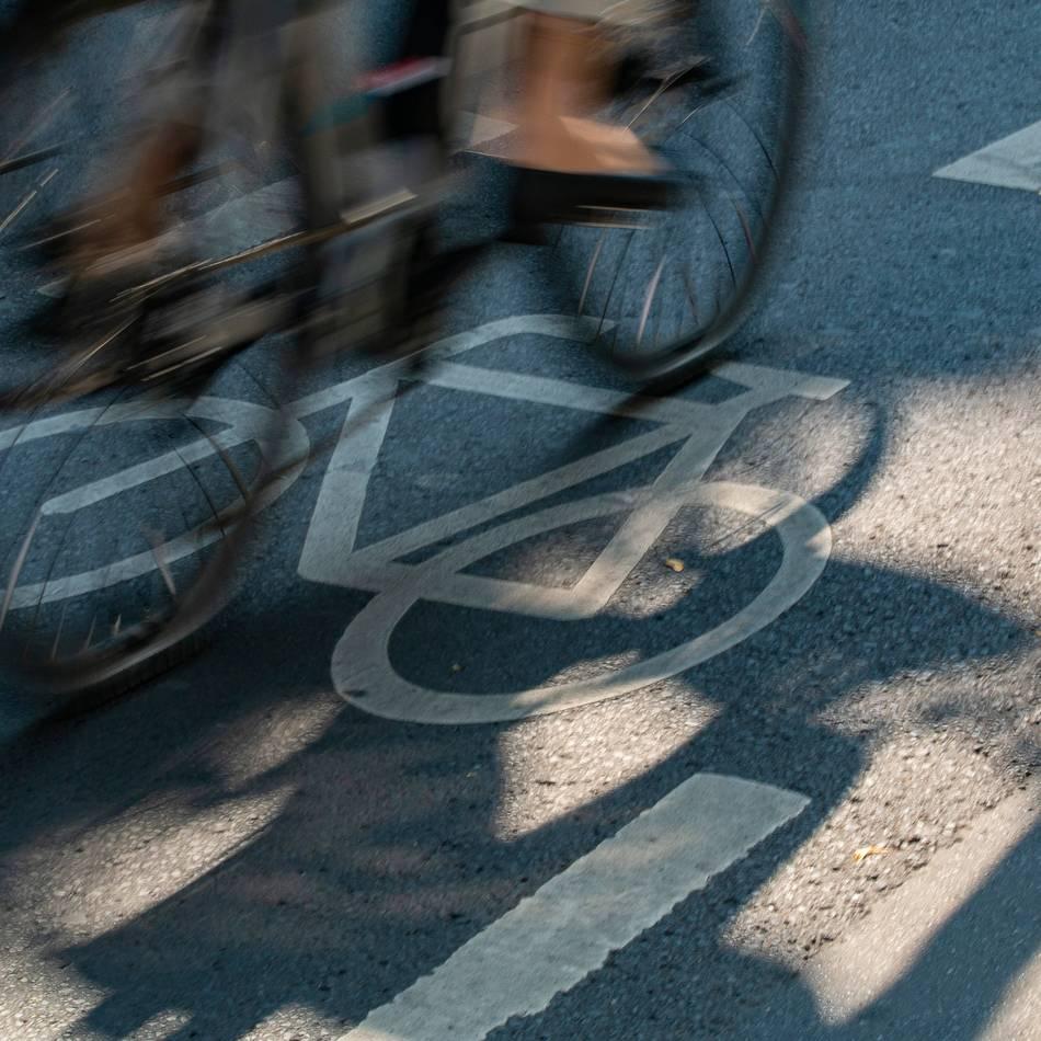 Lkw parkte auf Radweg: Rennradfahrer stirbt bei Verkehrsunfall in Kempen - Polizei findet Ersthelferin