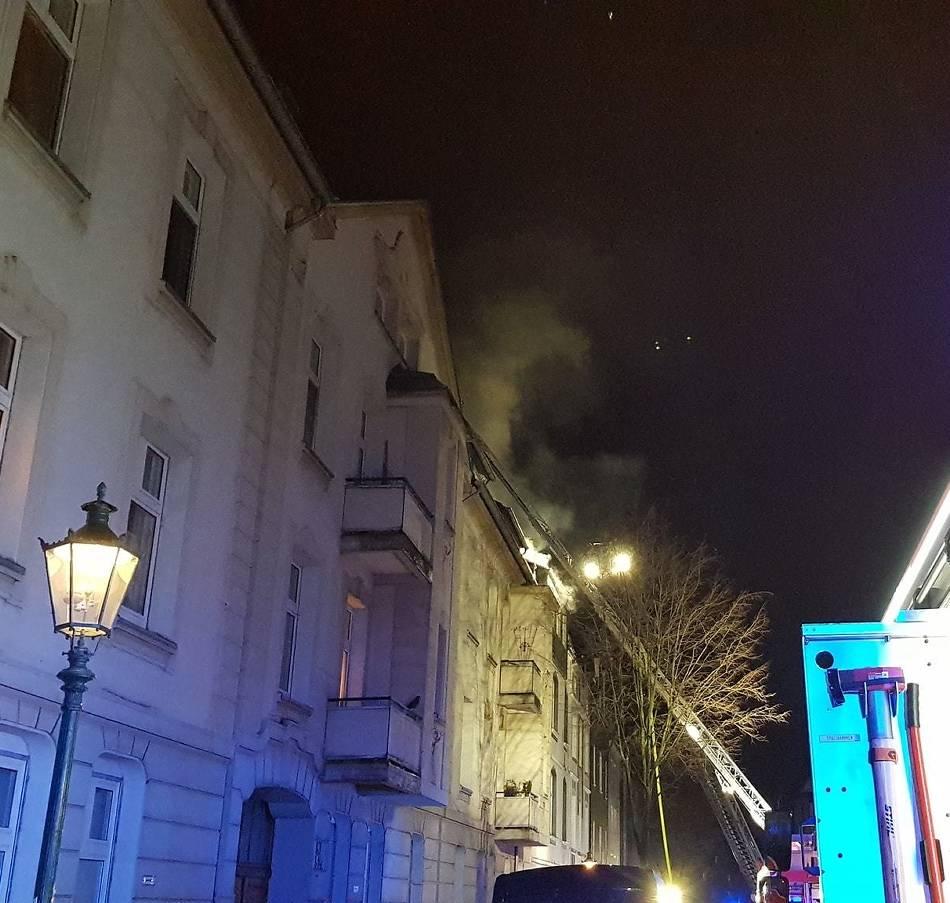 Fünf Verletzte: Dachstuhlbrand in Düsseldorf: Haus nicht mehr bewohnbar - 250.000 Euro Schaden