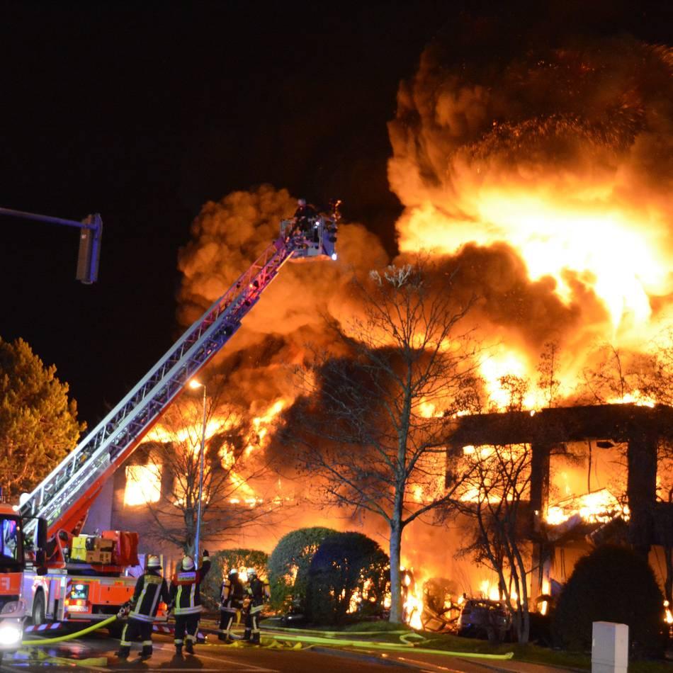 Lagerhalle in Heerdt: Feuer nach Explosion in Düsseldorf gelöscht - Feuerwehrmann weiter in Lebensgefahr