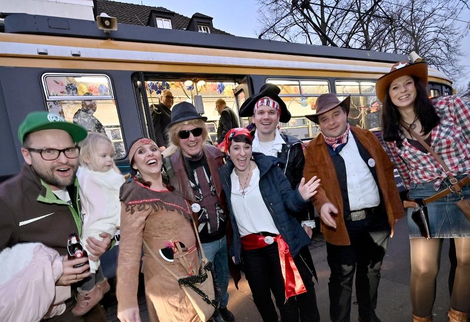 Kengerdruum Krieewel: Straßenbahn-Karneval zieht viele Jecken an