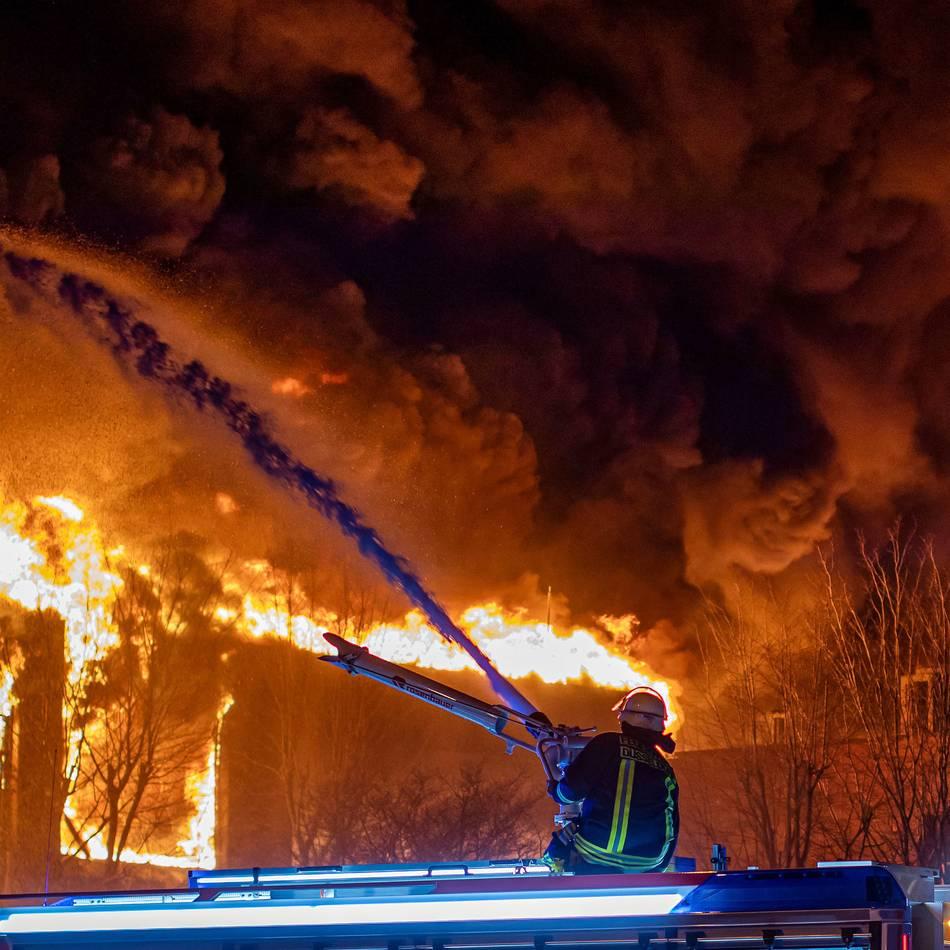 Brand in Düsseldorfer Lagerhalle: Explosionen bei Großbrand - Feuerwehrmann außer Lebensgefahr