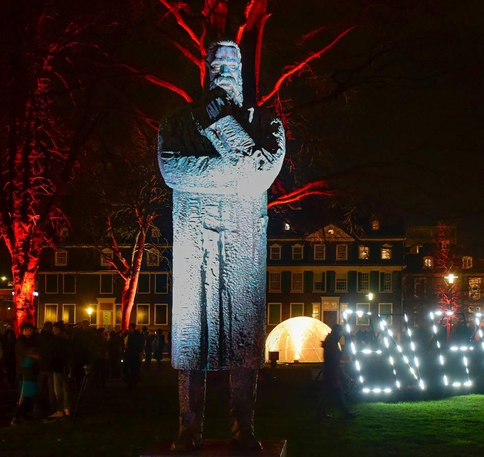 Jubiläumsjahr: Friedrich Engels leuchtet im Garten und auf der Bühne
