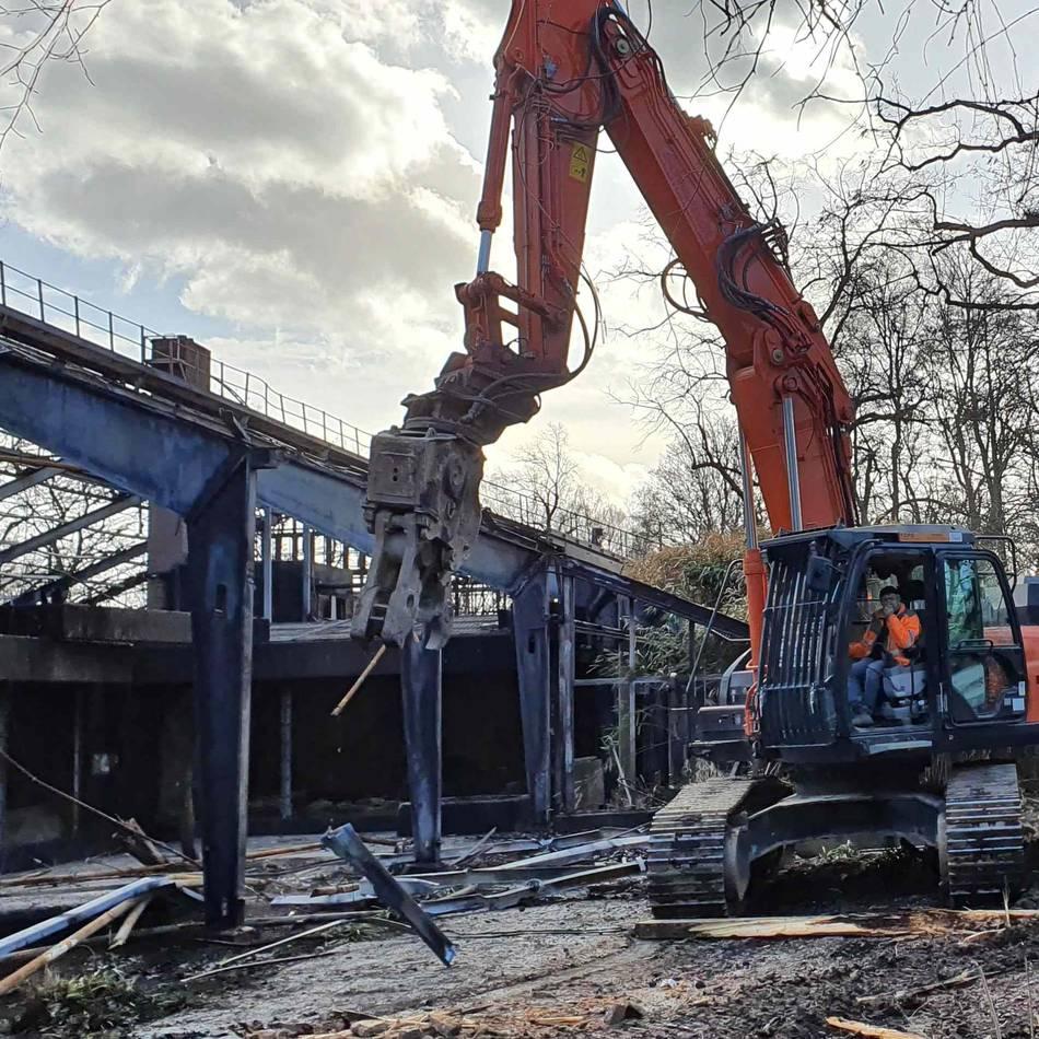 Nach Feuer: Krefelder Zoo: Abriss des ausgebrannten Affenhauses hat begonnen