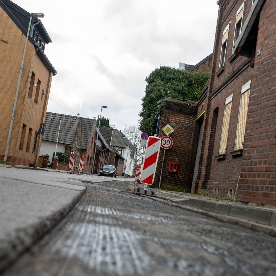 Fertigstellung wird immer wieder verschoben : Straßenbau stockt – Unmut wächst