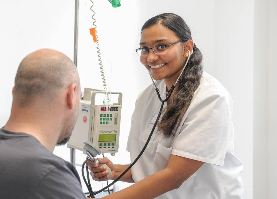 Pflege: Derina Benny hilft gegen Fachkräftemangel