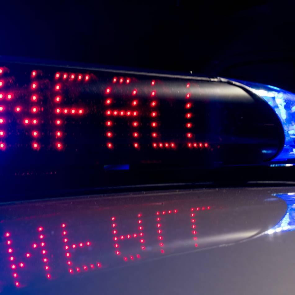 Frontalzusammenstoß : 26-Jähriger stirbt bei Autounfall nahe Wuppertal - Fahrer überlebt