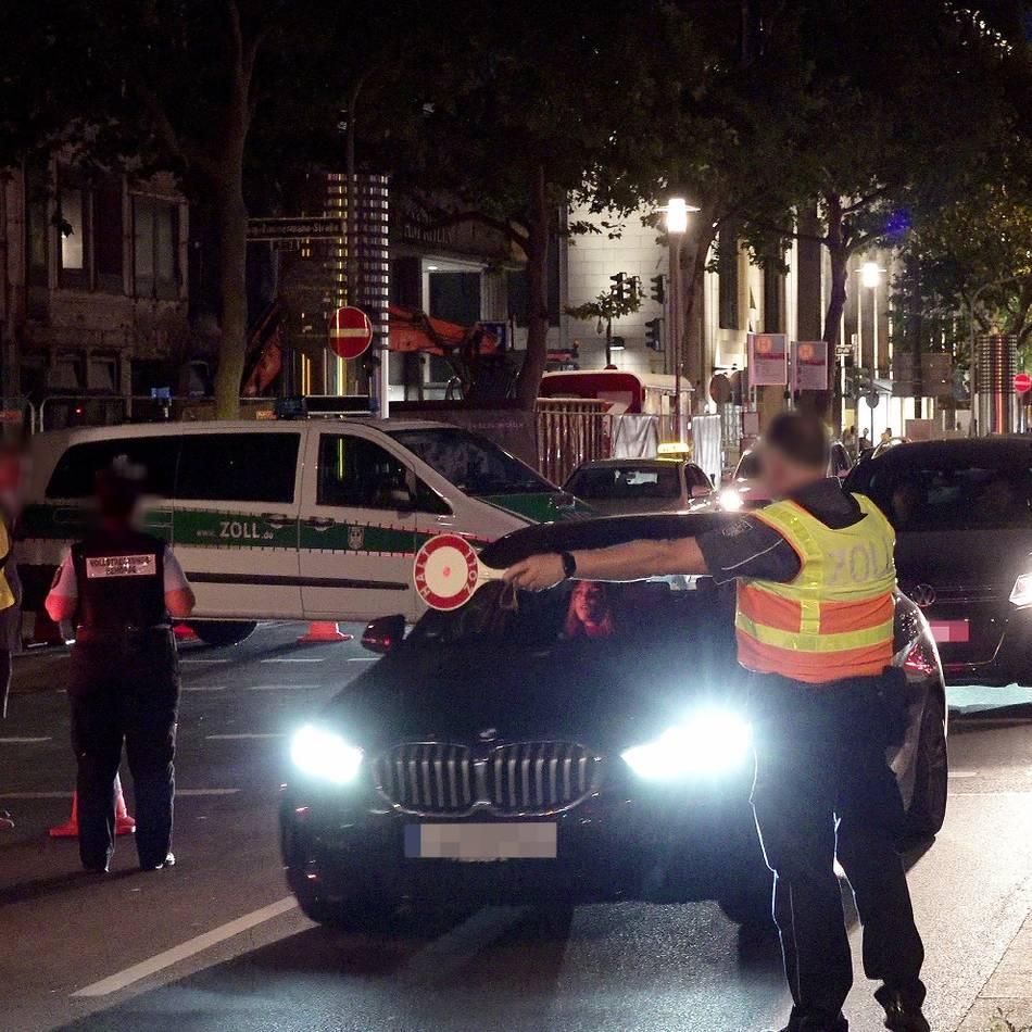 Altstadt: Ordnungskräfte stoppen Fahrer von getunten Autos und E-Scootern