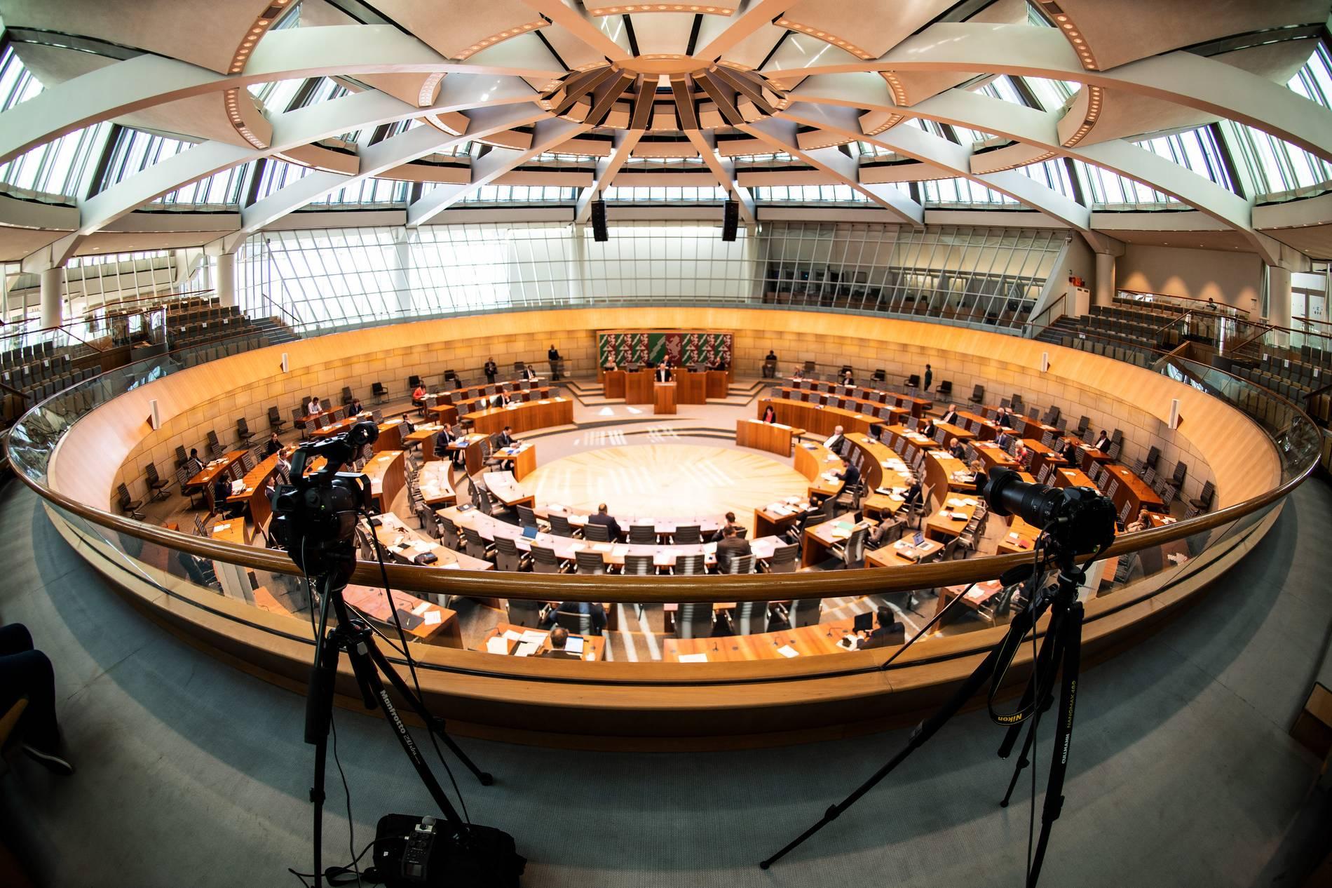 Im NRW-Landtag streiten sich Parteien über den Haushalt 2021